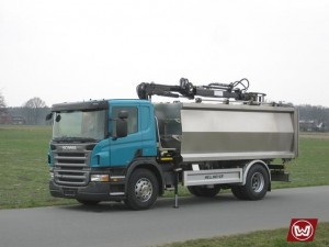 Rear tipper with crane